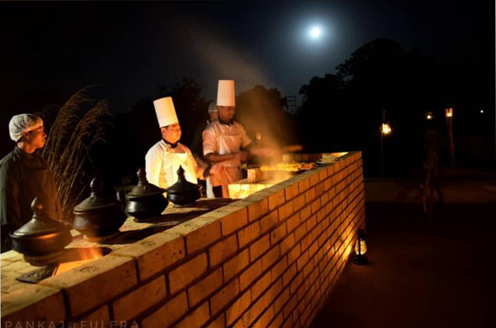 pugdundee-safaris-travelogue-Pench-chefs-preparing-food-for-farm-dinner