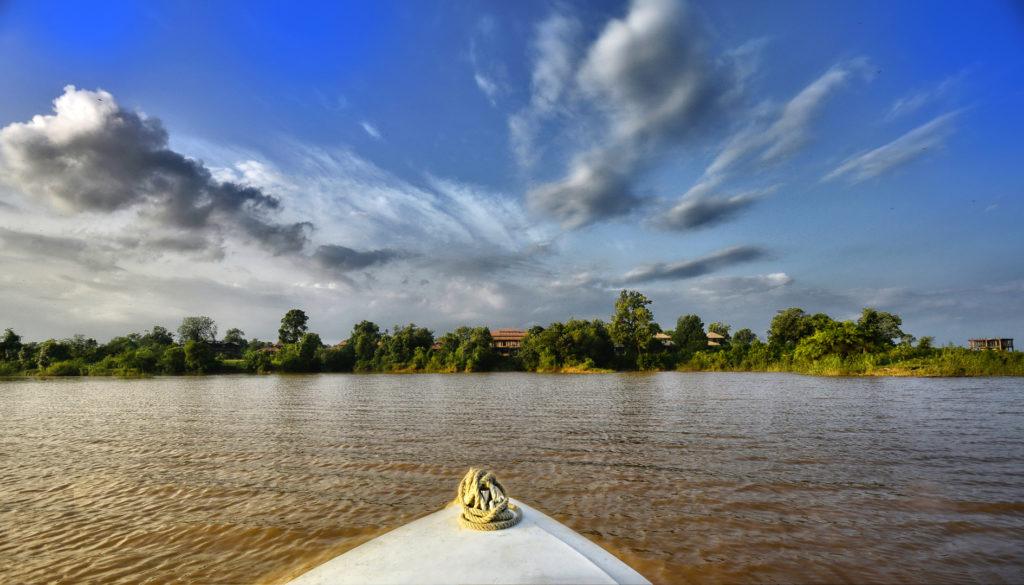 travel-blog-experiences-in-satpura-pugdundee-safaris-boat