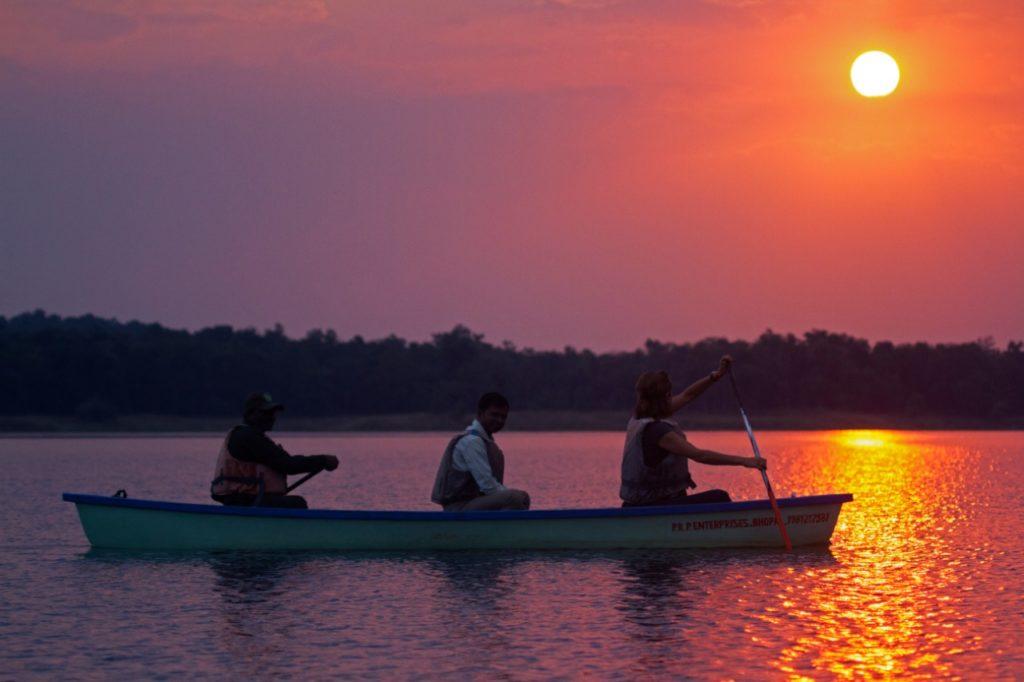 travel-blog-experiences-in-satpura-pugdundee-safaris-canoe-ride